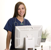 在计算机工作站工作的护士 ebters 数据 — 图库照片