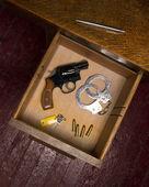 Tiroir de bureau plein d'armes à feu et les éléments de self-défense — Photo