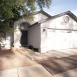Modest Home with Rock Yard Southern Community of Phoenix Arizona - Lizenzfreies Foto