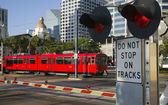Scena downtown al carrello dell'incrocio rosso vagone passando il segno — Foto Stock