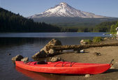 Single Red Kayak on Shore Trillium Lake Mount Hood Oregon — Stock Photo
