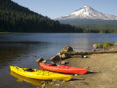 Red Yellow Kayaks on Shore Trillium Lake Mount Hood Oregon — Foto de Stock