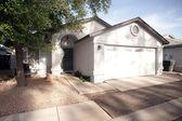 Casa modesta con la comunidad del sur de roca yarda de phoenix, arizona — Foto de Stock