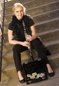 Female Street Performer Sits on Steps Clarinet Case With Tips — Stock Photo