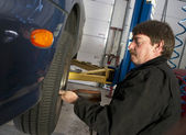 Automotive Technician Uses Pneumatic Impact Wrench Auto Repair Brakes Tire — Stockfoto