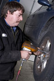 Automotive Technician Uses Pneumatic Impact Wrench Auto Repair Shop — Stockfoto