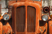 Old Orange Vinatge Fire Truck Sits Rusting in Desert Country — Stock Photo