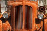 Vieux camion de pompier vinatge orange se trouve à rouiller en pays désertique — Photo