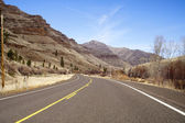 Lonely Two Lane Divided Road Highway Cuts Through Dry Mountain Landscape — Stock Photo