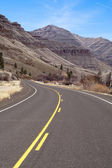Lonely Two Lane Divided Highway Cuts Through Dry Mountainous Landscape — Stock Photo