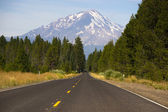 California Highway Heads Toward Mountain Landscape Mt Shasta Cascade Range — Stock Photo