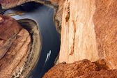 Two Boats Navigate Colorado River Deep Canyon Horseshoe Bend Southwest USA — Stock Photo