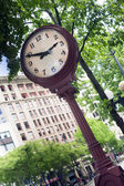 Large Victorian Style Clock Mounted Lamp Post Timpiece City Downtown — Stock Photo