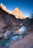 Floden rinner sunrise glöd rocky butte zion nationalpark — Stockfoto