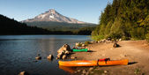 Orange Green Kayaks Shoreline Trillium Lake Mt. Hood Orgon Cascades — Stock Photo