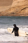 Man Black Wetsuit Enters Ocean Surf Holding Surfboard Summer Sport — Stock Photo