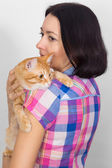 A woman with a cat on his shoulder — Stock Photo