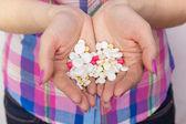 Tabletler ilaç kadınların ellerinde — Stok fotoğraf