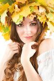 Donna bella caduta. ritratto di ragazza con ghirlanda autunnale di acero lascia — Foto Stock