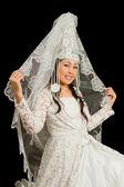 Abito da sposa kazako in bianco da sposa con un velo sul suo volto, isolato blac — Foto Stock