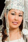 Asiatisk brud i den kazakiska vit brudklänning med slöja på hans ansikte, isol — Stockfoto
