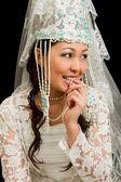Ritratto di sposa nei monili di nozze nazionale kazaka — Foto Stock