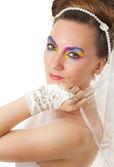 Güzel kadın gelin yaratıcı makyaj ve saç modeli uzun saçlı beyaz arka — Stok fotoğraf