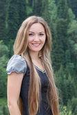 自然の長い髪を持つ若い魅力的な女性 — ストック写真
