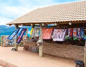 Bijoux africain traditionnel colorés, accessoire, la main souvenirs vendus au marché hebdomadaire en Afrique du Sud — Photo
