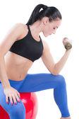Młoda kobieta sexy biustonosz sportowy ćwiczenia z hantlami na białym tle. fitness — Zdjęcie stockowe