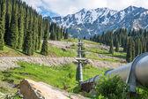Rurociągu na drodze almaty duże jezioro, tien shan góry w almaty, kazakhstan, azja — Zdjęcie stockowe