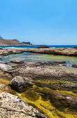 Γαλαζοπράσινα νερά, η παραλία του καθαρή λευκή άμμο στην παραλία του Μπάλου, Κρήτη, Ελλάδα. θέα από το νησί Γραμβούσα绿松石的水域,纯白色的沙子在希腊克里特岛、 balos 海滩海滩。查看从 gramvousa 岛 — 图库照片