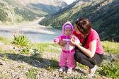 Mutter und kind glücklich umarmt. das konzept von kindheit und familie. schönen mutter und ihr baby im freien — Stockfoto