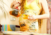 Pregnant woman with a cap of tea on kitchen. The concept of drinking and a healthy lifestyle — Foto Stock