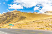 Road Cusco- Puno, Peru,South America. Sacred Valley of the Incas. Spectacular nature of mountains and blue sky — Stock Photo