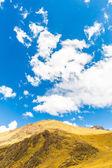 Yol cusco: puno titikaka gölü, peru, güney amerika. i̇nka kutsal vadisi. muhteşem doğa karlı dağlar ve mavi gökyüzü — Stok fotoğraf