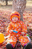 Child girl is playing with leaves — Stock Photo