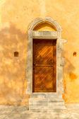 Igreja na pequena aldeia de creta kavros na ilha de creta, grécia. fundo de viagens — Fotografia Stock