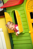 Meisje kind spelen in de kleuterschool in montessori preschool klasse. — Stockfoto