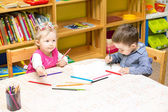 Zwei kleine kinder, die zeichnung mit bunten stiften — Stockfoto