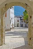 Un patio del castillo en austria, vista desde un arco — Foto de Stock