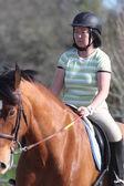 骑在马背上的亚裔女子 — 图库照片