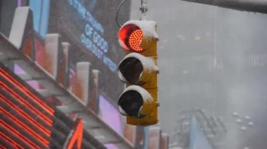 Medium shot of Snow in New York sleet traffic light (static - day) — Stock Video