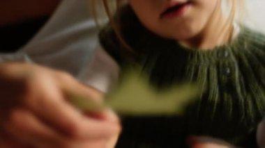 ママと女の子は標本上に見えます — ストックビデオ