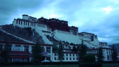 Long shot of The Potala Palace Dalai Lama Lhasa (static - dawn) — Stock video