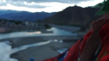 Prayer flags in the mountains of Tibet — Stock Video