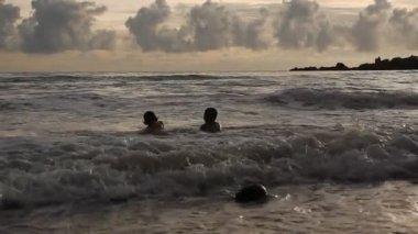 Jugando con las olas — Vídeo de Stock