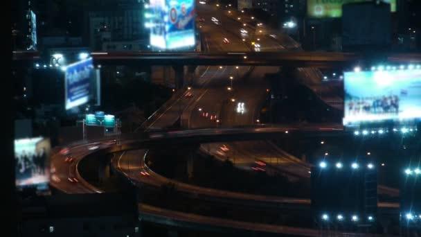 Paysage urbain de soirée. vue depuis le toit du gratte-ciel. — Vidéo