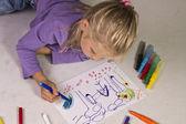 Kreslí holčička s blond vlasy — Stock fotografie