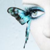 Occhio di donna bella da vicino con ali di farfalla — Foto Stock